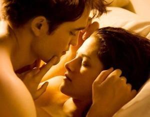 Cena de sexo entre os personagens Edward e Bella em Amanhecer - Parte 1