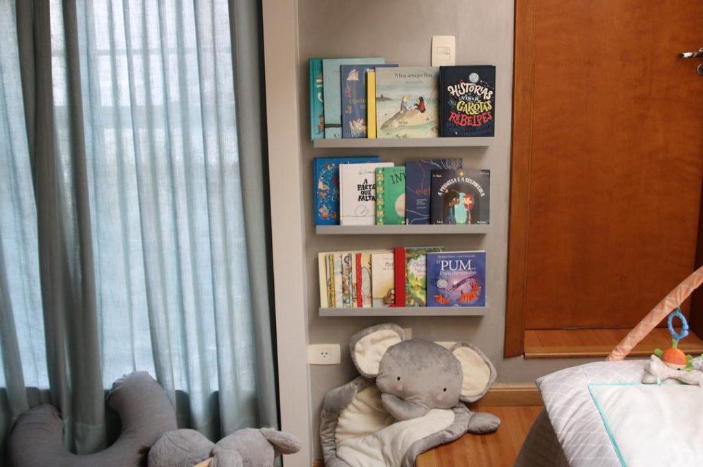 Ontem instalei a estante de livros no quarto da Ninahellip